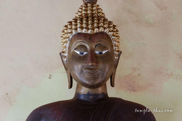 Visage d'une statue du Bouddha
