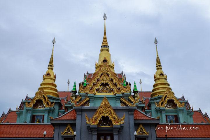 Trois des neufs stupas qui chapeautent l'édifice