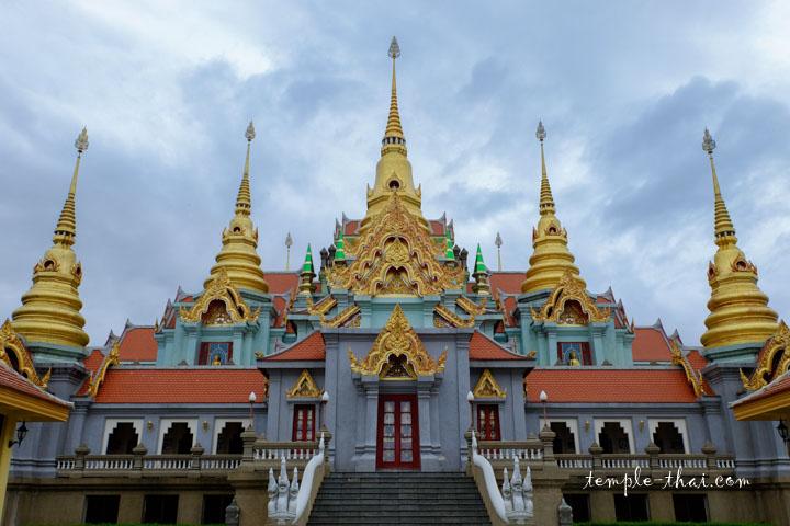 Par sa configuration, le stupa prend la forme du Mont Meru