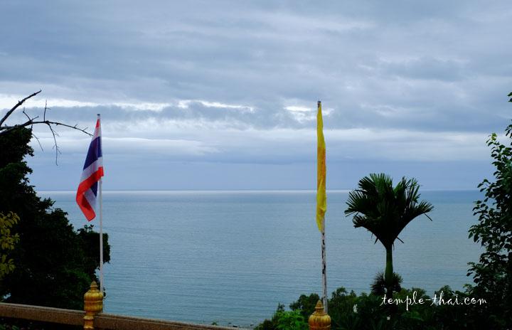 Face au bouddha, l'océan à perte de vue