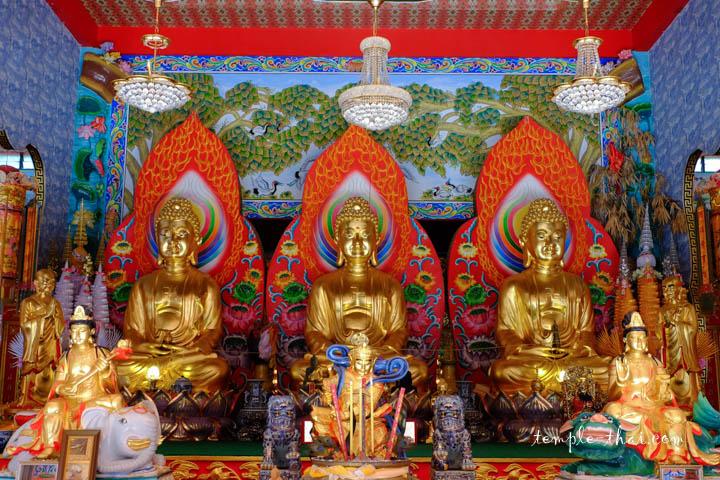 Trois bouddhas côte à côte
