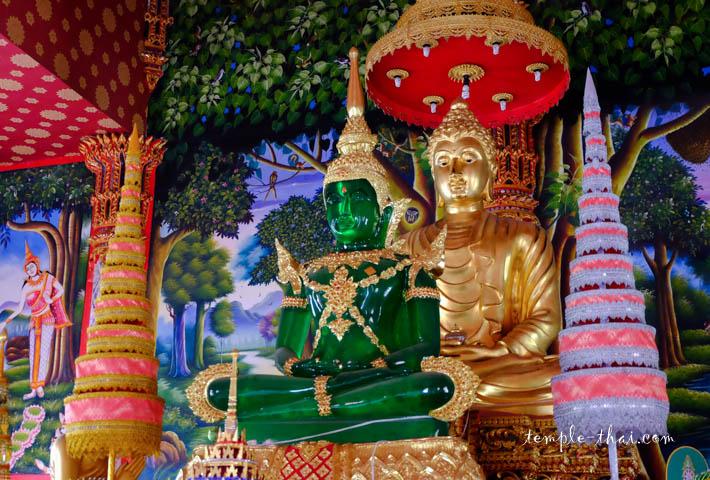 Au premier plan, une réplique du Bouddha d'émeraude