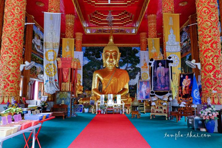 La vaste salle et son impressionnant bouddha
