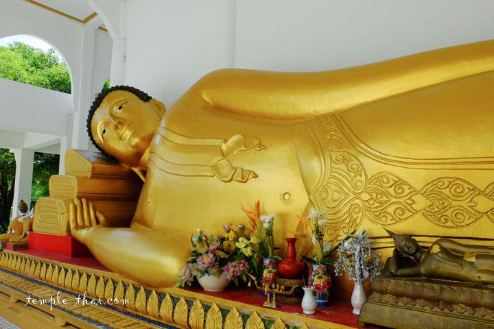 bouddha allongé à l'arrière de l'Ubosot
