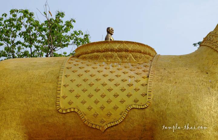 L'effigie d'un moine chevauche les deux cerfs