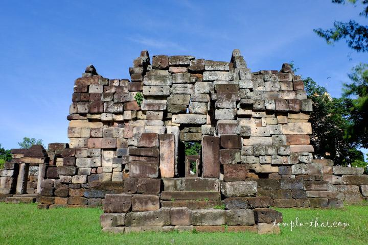 Le gopura, la porte d'enceinte bâtie en grès