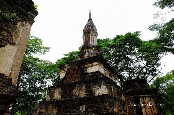 Le stupa et sa pointe finale en forme de bouton de lotus
