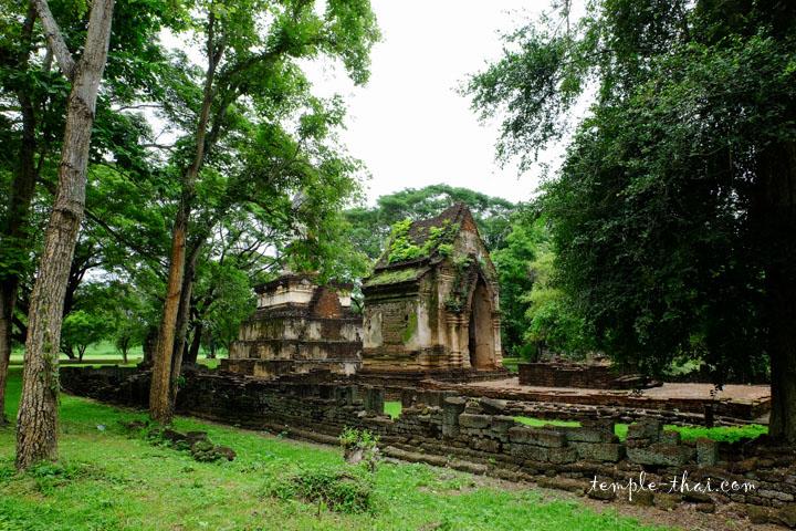 Le temple est au milieu de la végétation