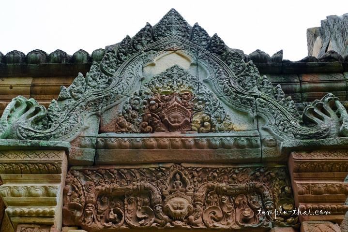 Linteau et fronton sculpté en bas-relief